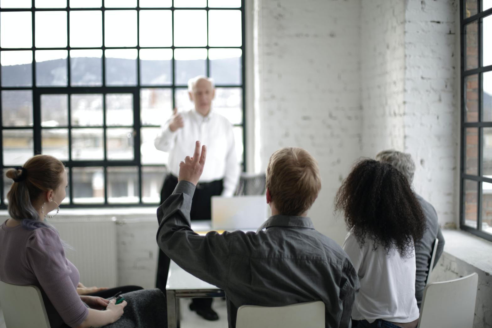 orang berdiskusi atau belajar bersama
